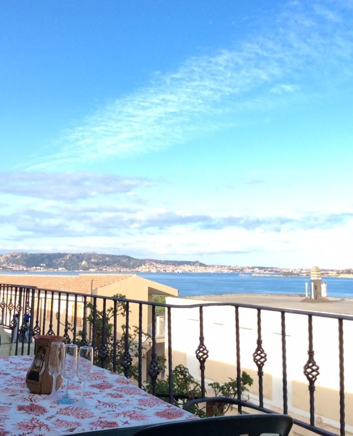 terrazzo vista mare arredato con tavolo e sedie